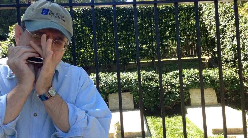 Fabrizio suona sulla tomba di Duane Allman
