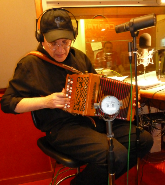 Fabrizio Poggi playing Castagnari accordion live at Radio Capital Sentieri Notturni