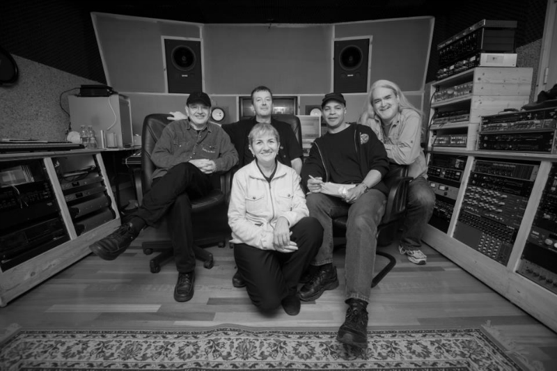 Guy Davis\' JUBA DANCE, released by DixieFrog, photograph of the recording team by Mario Rota: from left: Fabrizio Poggi, Dario Ravelli, Angelina, Guy Davis, Thom Wolke